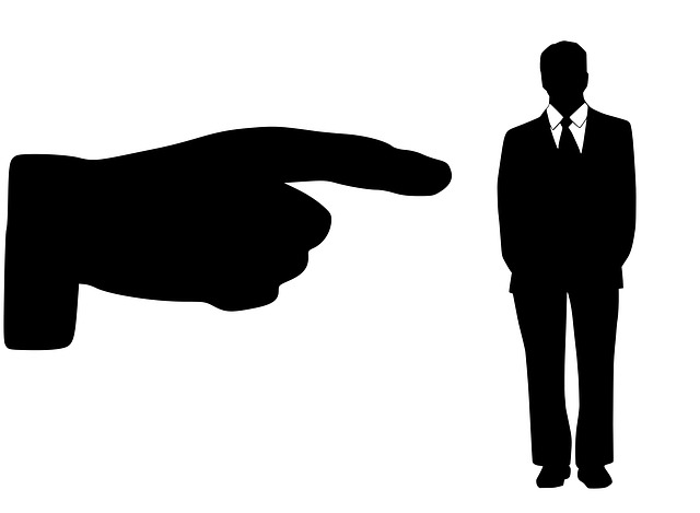 prst ukazující na zaměstnance