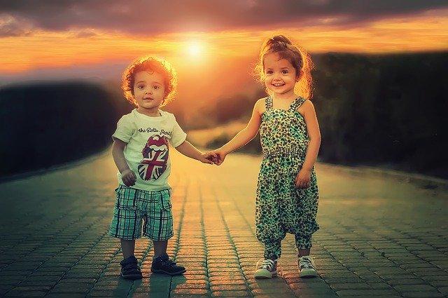 děti se drží za ruce