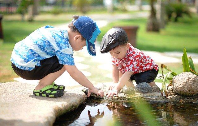děti hrající si u vody