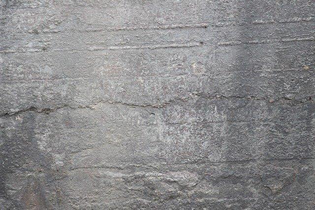 neupravená betonová zeď